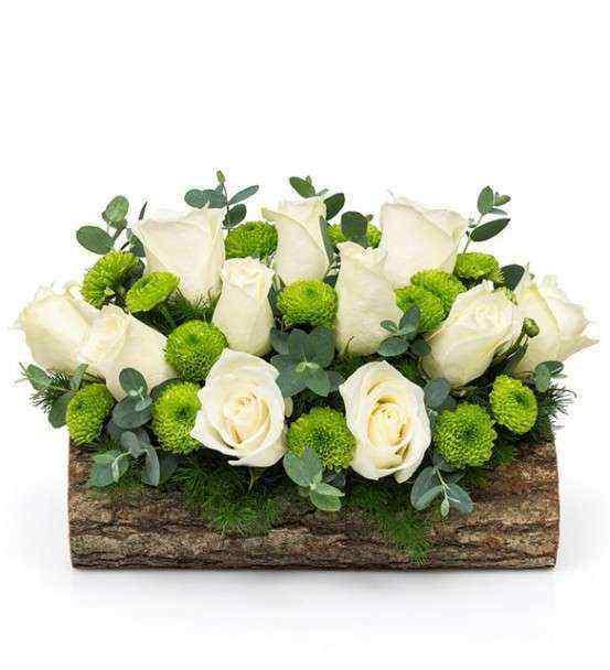 Ahşapta Beyaz Güller ve Kır Çİçeklerinin valsi